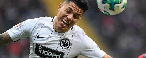 Spielt künftig in Nuevo Leon: Carlos Salcedo verlässt die Frankfurter Eintracht in Richtung Mexiko. Foto: dpa