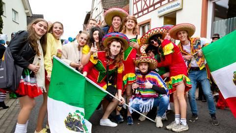 Als Mexikaner verkleidet gehen die Kerbborschen Mosbach beim Umzug mit. Foto: Ulrike Bernauer