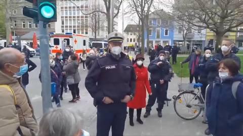Ruhig und doch bestimmt, dazu auch noch bibelfest: Oberrat und Leiter der Polizeiinspektion Worms Thomas Lebkücher.                 Screenshot: VRM