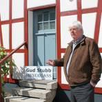 Kürzlich wurde das Weberhäusel in Nieder-Liebersbach liebevoll saniert – sehr zur Freude von Ortsvorsteher Buser.Foto: Katja Gesche   Foto: Katja Gesche