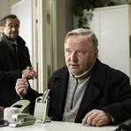 Boerne (Jan Josef Liefers, l.) - ausnahmsweise im Hintergrund - und Thiel (Axel Prahl) ermitteln mal wieder in einem schrägen Fall. Foto: WDR/Martin Valentin Menke
