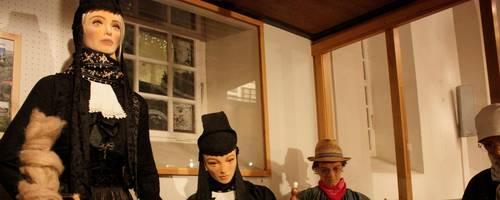 Die Alte Kirche in Friedensdorf ist auch als Mundartkirche bekannt. Neben alten Webstühlen beinhaltet sie historische Trachten und ein Archiv an Kasetten mit aufgezeichneten Mundartgespräche und Gedichte auf Platt. Heutzutage finden in der Kapelle auch standesamtliche Trauungen statt.  Foto: Christian Röder