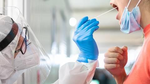 Zukünftig sollen Krankenhäuser die Testungen von Reiserückkehrern und Kontaktpersonen übernehmen. Foto: dpa