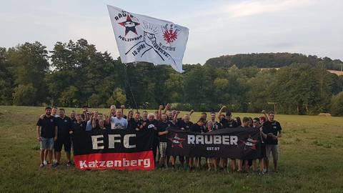 Der Eintracht-Fanclub Katzenberg feiert - und viele feiern mit.