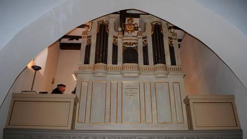 Die Bürgy-Orgel in der evangelischen Kirche in Leun ist ein echtes Schmuckstück. Kantor Michael Klein spielt auf diesem Instrument die Choräle ein. Foto: Verena Napiontek