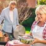 Achtung beim Grillen: Fettreiche Fleischstücke können den Magen belasten und zu Sodbrennen führen. Foto: djd/Dr. Kade/Getty Images/Nadasaki