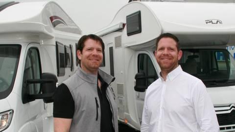 Cornelius (links) und Daniel Wocker zeigen zwei ihrer Campingvans auf dem Firmengelände. Foto: Christine Tscherner