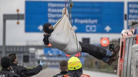 Demonstranten sorgten am 26. Oktober 2020 auf der A5 für eine Vollsperrung: Sie hängten sich per Seil an einer Autobahnbrücke fest. Nun erhebt die Staatsanwaltschaft Anklage gegen die Umweltaktivisten. Foto: dpa