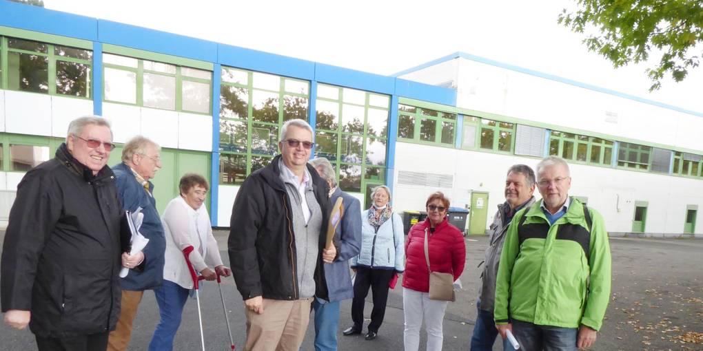 Die Teilnehmergruppe der Seniorenunion mit Dirk Westedt, der die drei anstehenden Projekte auf dem ehemaligen Firmengelände in der Frankfurter Straße erläuterte. Fotos: Georg Michel
