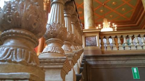 Höpplis Baluster zieren den Treppenaufgang zum Casinosaal. Foto: Mario Bohrmann