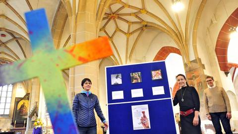 Die Kreuzwegstationen in der Basilika (v.l.): Maike Jakob, Karin-Anne Beckers und Pfarrer Markus Lerchl. Foto: Thomas Schmidt