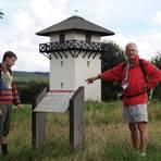 Ottmar Weigel (rechts) lädt Gäste regelmäßig zu Führungen am Römerturm bei Dasbach ein. Foto: Wolfgang Blum