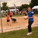 Chiara Hahn kann auch in der fußballlosen Zeit nicht ohne Ball sein, so wie beim Beachvolleyball-Turnier in Vockenrod.  Foto: Krämer