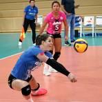 In der Annnahme-Position: Aufgrund der Verletzung von Tanja Großer muss Frauke Neuhaus (am Ball, im Hintergrund Justine Wong-Orantes) nun öfters auf dem Spielfeld baggern. Foto: rscp/Hasan Bratic