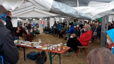 """Blick in ein Vortragszelt beim Klima-Camp am """"Danni"""". Foto: Krämer"""
