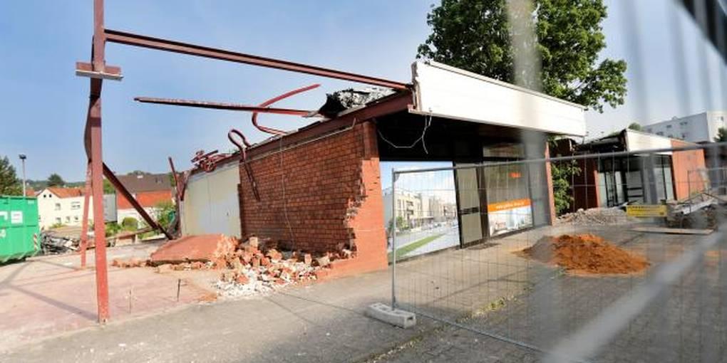f9d710cdcffc8d An der Eberstädter Straße in Nieder-Ramstadt wird derzeit die Ladenzeile  für den Neubau des