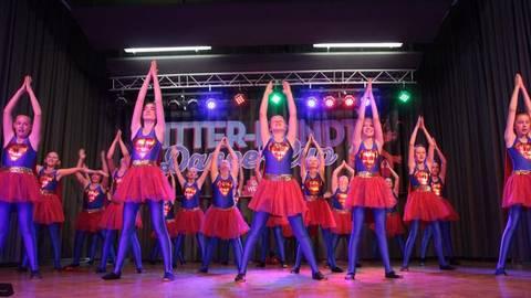 """Die Mädchen der Saulheimer Nachwuchsgruppe """"Emotion Girls"""" eröffneten – verkleidet als Superheldinnen – die Tanzveranstaltung.Foto: photoagenten/Axel Schmitz  Foto: photoagenten/Axel Schmitz"""