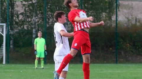 Michael Rohde (rotes Trikot), hier beim A-Liga-Duell der SpVgg. Mücke in Kirtorf, kehrt zum Gruppenligisten Heuchelheim zurück.  Archivfoto: Raab