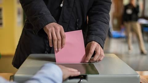 Wie können die Parteien im Kommunalwahlkampf Vertrauen aufbauen und die Wähler für sich gewinnen? Symbolbild: Wolfram Kastel/dpa