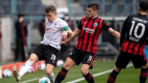 Gladbachs Matthias Ginter (li.) und Frankfurts Luka Jovic kämpfen um den Ball.  Foto: dpa/ Marius Becker