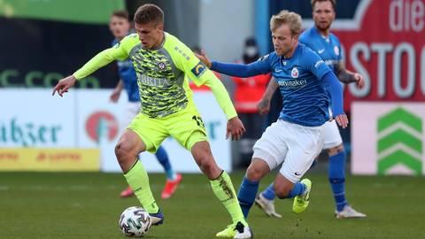 Umkämpftes Spiel: In dieser Szene setzt sich SVWW-Spieler Jakov Medic (links) gegen Rostocks Simon Rhein durch. Foto: imago