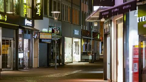 In der Schusterstraße muss die Leuchtreklame ohne Menschen auskommen.  Foto: Sascha Kopp