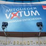 Plakat am Willy-Brandt-Haus in Berlin. Foto: dpa
