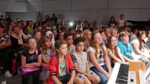 Lieder und einen Vortrag der Streitschlichter haben die neuen Fünftklässler der Heinrich-Brentano-Schule in Hochheim vorgeführt bekommen. Foto: Jens Etzelsberger  Foto: Jens Etzelsberger
