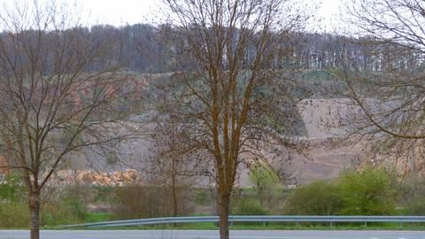 Die zukünftige Nutzung des Steinbruchs in Niederkleen ist aktuell Thema in mehreren politischen Gremien der Gemeinde Langgöns. Naturschutzinteressen treffen auf wirtschaftliche Planungen. Foto: Rieger