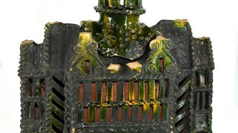 Ein mehrfarbig bemaltes Lavabo aus glasiertem Steingut aus dem 16. Jahrhundert: Es ist ein Handwaschgefäß in Hausform zum Aufhängen. Der kleine Turm ist zum Befüllen abnehmbar; das Ausgussrohr aus Metall fehlt ebenso wie die Schüssel, die das Wasser auffängt. Solche Exponate spuckt die neue Objektdatenbank des Heuson-Museums aus. Foto: Joachim Cott