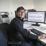 Alexander Löhr beklagt die niedrige Übertragungsgeschwindigkeit im Internet.          Foto: Guido Schiek
