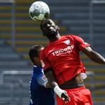 Silvere Ganvoula (vorne, hier im Duell mit dem Karlsruher Daniel Gordon)) soll im Fokus von Mainz 05 stehen. Foto: dpa