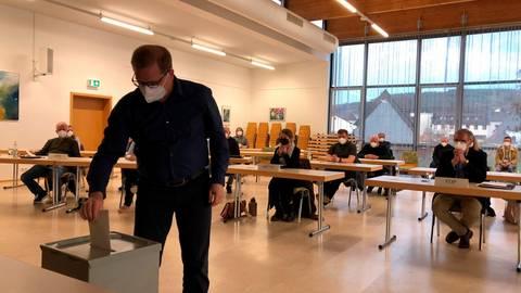 Geheime Wahl: Mittenaars Parlamentarier - hier Marco-Oliver Dittmar (CDU) - stimmen am Montagabend über den neuen Gemeindevorstand ab. Foto: Tanja Eckel