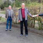 Der neu formierte Ortsbeirat Rachelshausen mit (von links) Tanja Jung-Künkel und Fred Debus sowie Ortsvorsteher Bernd Müller (rechts), der Ulf Pfeiffer dankt, der 15 Jahre lang in dem Gremium mitarbeitete.  Foto: Michael Tietz