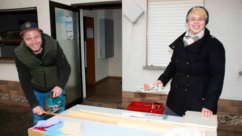 Tobias Perleth und Julia Ludwig bereiten die Bausätze vor, die die Kinder in Lohra in der kommenden Woche im Jugendclub Lohra und im Pfarrhof abholen können. Foto: Sascha Valentin