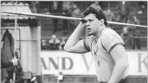 Zu weite Würfe fürs Stadion: Uwe Hohn übertrifft am 20. Juli 1984 die 100-Meter-Marke. Foto: BArch , Bild 183-1984-0513-018/ J. P. Kasper