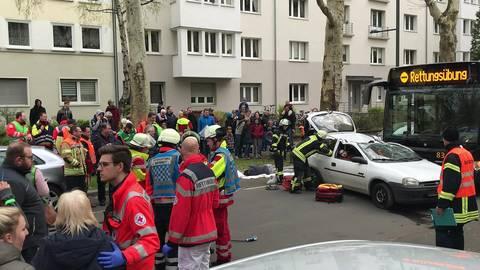 Rettungsübung in der Mainzer Neustadt: Die Rettungskräfte versuchen die Verletzten aus dem Auto zu befreien. Foto: Nicholas Matthias Steinberg
