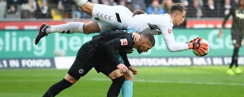 Hier ist Freiburgs Torwart Alexander Schwolow (oben) noch Sieger im Duell mit Frankfurts Torschützen Ante Rebic. Foto: dpa