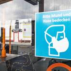 Schilder wie dieses kleben an vielen Rüsselsheimer Bussen. Welcher Maskentyp aktuell verpflichtend ist, wird daraus jedoch nicht ersichtlich. Foto: Vollformat/Volker Dziemballa
