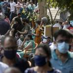 Zahlreiche Menschen stehen in Mumbai Schlange, um sich gegen das Coronavirus impfen zu lassen. Foto: dpa