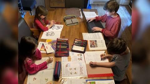 So konzentriert geht es selten zu: Meistens erledigen die Kinder ihre Hausaufgaben nacheinander. Foto: Alexa Stabel