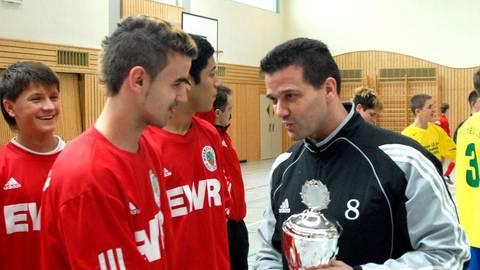 Schon immer im Fußball unterwegs:  Wolfgang Baier (rechts) als stellvertretender Kreisjugendwart bei einem Hallenturnier in der Wonnegauhalle. Archivfoto: Peschel