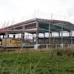 Ziel ist es, dass bis Ende April oder Mai die komplett geschlossene Halle fertig ist. Anschließend beginnt der Innenausbau. Foto: hbz/Jörg Henkel