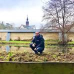 Ronny Weiß von der Stiftung Kloster Eberbach sitzt am Löschteich. Der unten zu sehende Holzzaun soll die Rückkehrer-Kröten vom Teich aus in den Wald leiten. Foto: Stiftung Kloster Eberbach
