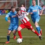 Tim Korzuschek (rechts) - mit acht Treffern mit Abstand Gießens bester Torschütze - im Duell mit Aalen Leon Volz.  Foto: Ben
