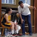 Laufen Gefahr, am langen Arm zu verhungern: BG-Trainer Iasson Valiano würde gerne mal wieder mit seinem Basketball-Damenteam (links Pauline Dressler) arbeiten. Foto: Vollformat/André Dziemballa