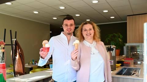 """Eine Eisdiele für Brandoberndorf: Carmelo und Jennifer Margherone eröffnen das """"Arcobaleno"""".  Foto: Jenny Berns"""