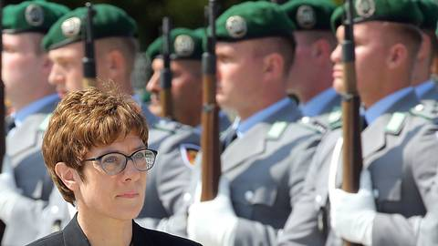 Annegret Kramp-Karrenbauer, Bundesvorsitzende der CDU und neue Verteidigungsministerin, geht bei ihrer Amtseinführung im Bundesverteidigungsministerium im Bendlerblock, an Soldaten vorbei. Foto: dpa