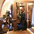 Die Schlimbach-Orgel in der Assmannshäuser Kirche muss saniert werden. Der Ausbau ist schon in vollem Gange.Foto Heinz Margielsky