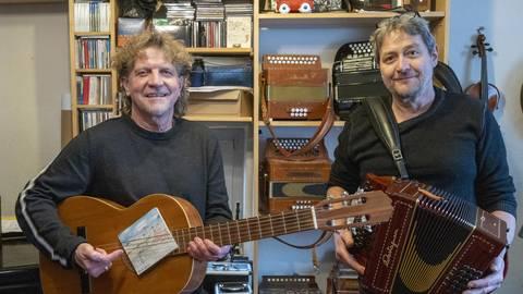 """Das Folk-Duo """"klac"""": Vor 14 Jahren trafen sich Klaus Ebling (r.) und Karl Ott im Kindergarten ihrer Töchter in Dienheim und musizierten später gemeinsam. Foto: hbz/Stefan Sämmer"""